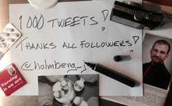 Kuvassa tussi, postikortti, lääkärit, magneetti, lääkepakkaus, kamera ja Jan Holmbergin kuva. Tekstissä lukee: 1000 tweets! Thanks all followers @holmberg_j Jan Holmberg.weebly.com Mainio blogi Copyright Jan Holmberg